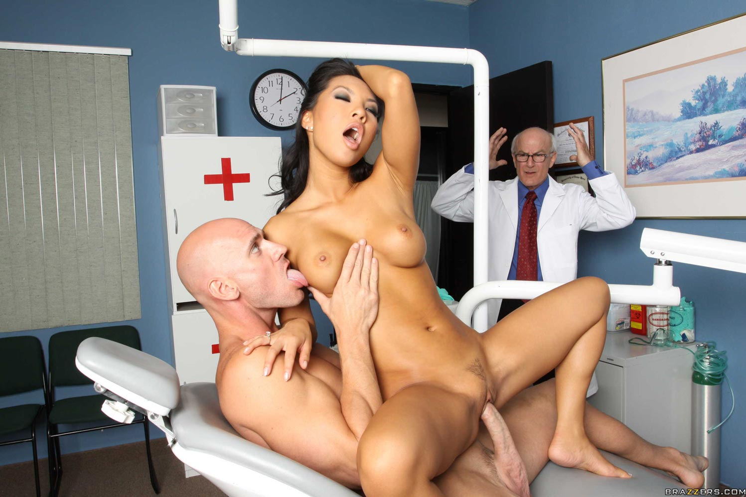 Hunky doctor fucked his nurse in chamber